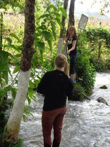 Gordillo and Fisher installing a sculpture in the Rio San Juan (San Juan River).